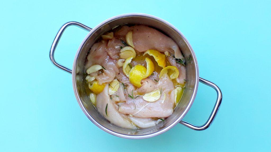 Olla con pollo marinado con limón, ajos y hiervas