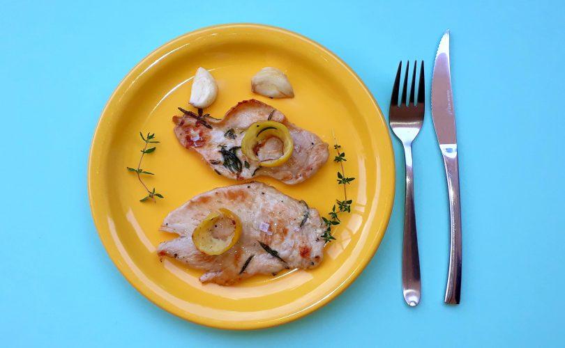 Pechuga de pollo marinada con limón, ajo y tomillo