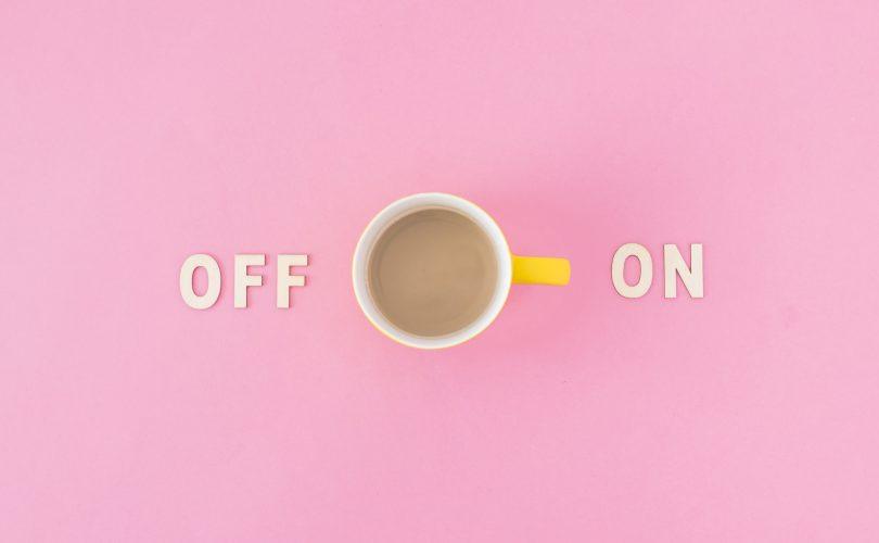 Taza de Cafe con simbolos On y Off. El asa de la taza apunta hacia On.