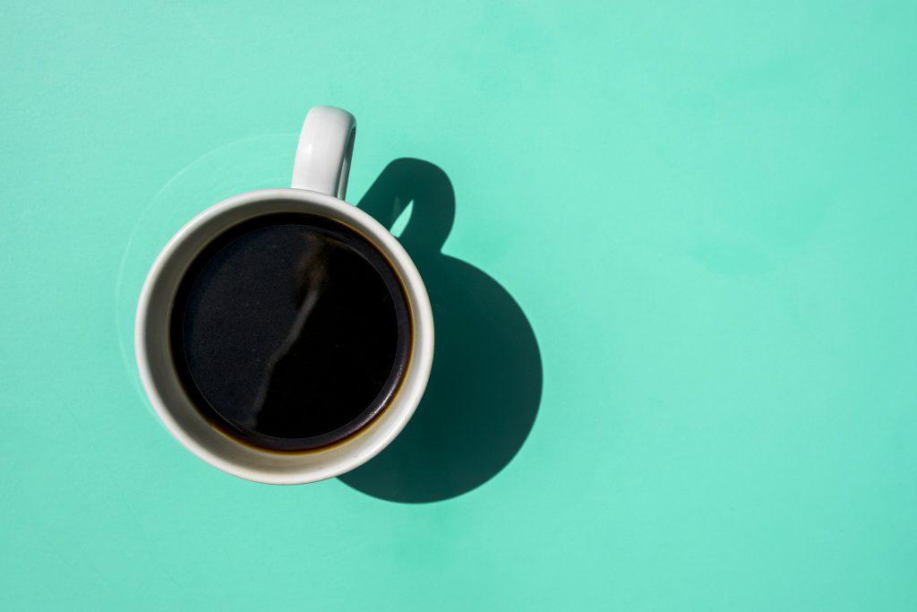 Una taza de café espeso tiene alrededor de 77 mg de cafeína.
